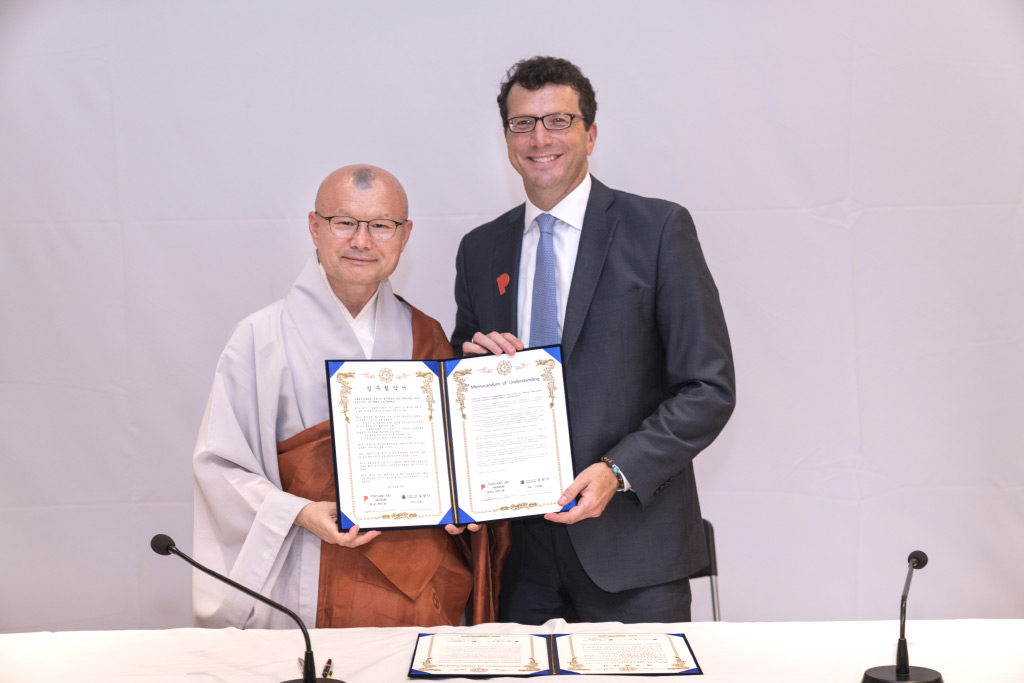 Songgwangsa Monastery and the Portland Art Museum sign a MOU agreeing to future collaboration. Venerable Jin-hwa, Abbot of Songgwangsa and Brian Ferriso, PAM Executive Director. June 23, 2017. Photo courtesy Songgwangsa(photographer Dongyeong Yu).