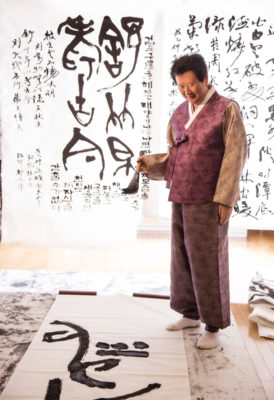 Jung Do-jun painting in his studio.