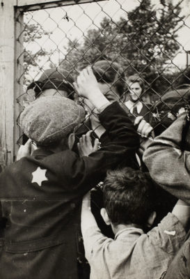 Henryk Ross, Children talking through fence of central prison on Czarnecki Street prior to deportation, 1940-1942